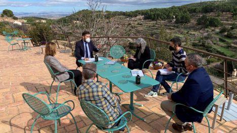 El director del Itrem se reúne con responsables del parque natural de Sierra Espuña en El Berro.