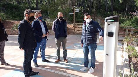 El director general del Medio Natural, Fulgencio Perona (2i), comprueba el punto de repostaje de vehículos eléctricos instalado en el Centro de Visitantes de Sierra Espuña.