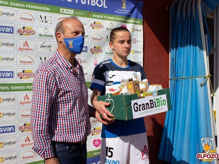 El presidente del Alhama CF ElPozo, Juan Antonio García, entrega el premio GranBiBio a la mejor jugadora del partido, Marina Kiskonen, autora del gol de la victoria del equipo este domingo en el Guadalentín.