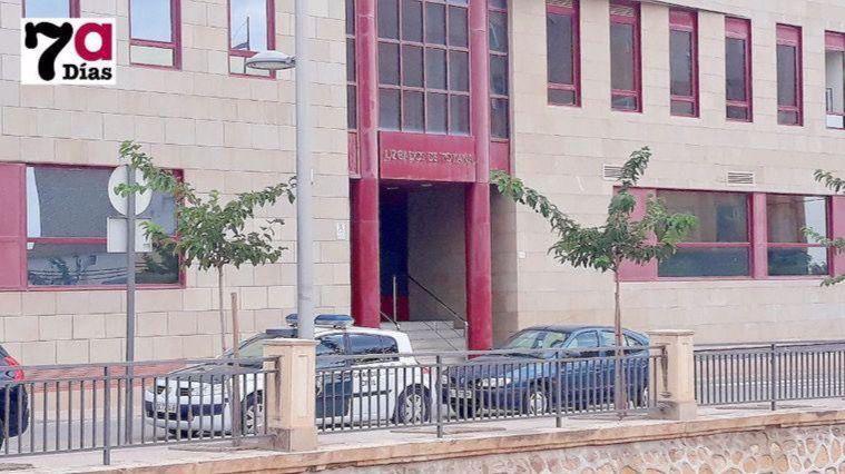 El detenido por abusos a su hijastra, en libertad con cargos