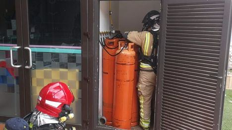 Bomberos verifica un posible escape de gas en un local del Condado