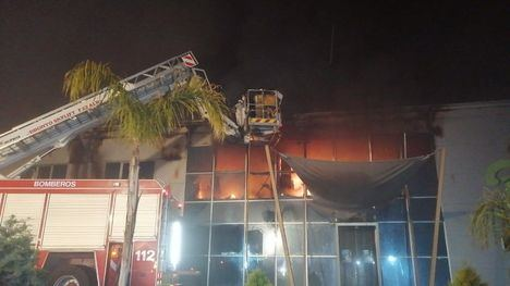 FOT. Controlado el fuego en una empresa de semilleros en Totana