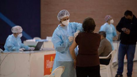 Salud inicia la vacunación a personas de 64 y 65 años mañana