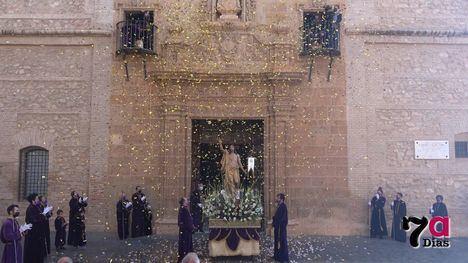 VÍD. Cristo Resucitado saluda a los fieles desde la puerta de San Lázaro