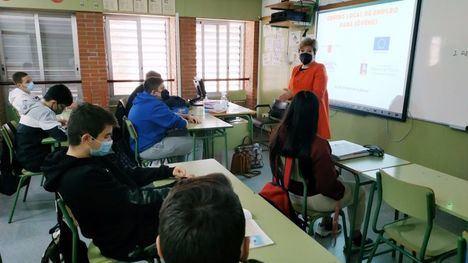 FOT. 300 alumnos de Alhama reciben charlas de orientación