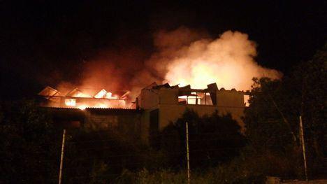 FOTOS Continúan los trabajos de extinción del incendio en Librilla