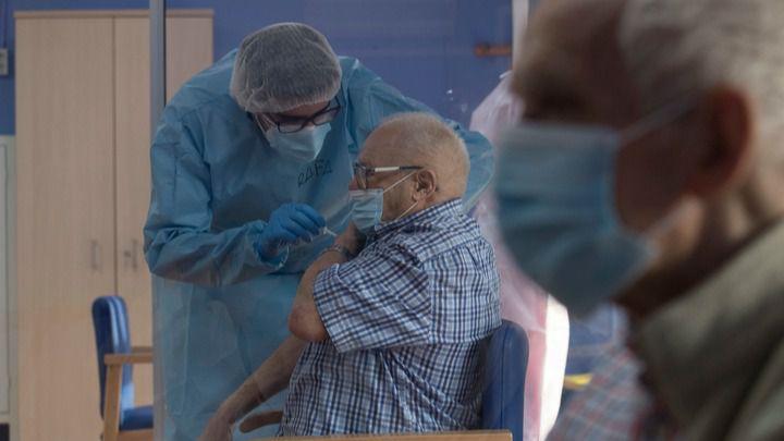 Vacunación de personas mayores en la residencia de San Pedro del Pinatar