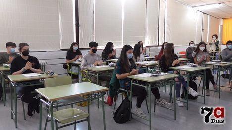 VÍD. Los alumnos de investigación reciben un obsequio por su labor