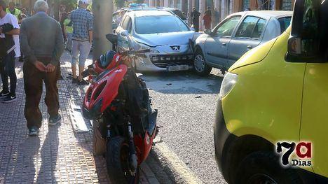 VÍDEO Accidente de dos turismos y una moto en el centro de Alhama