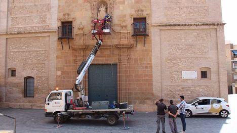 FOTOS Reponen la malla antipalomas en la iglesia San Lázaro