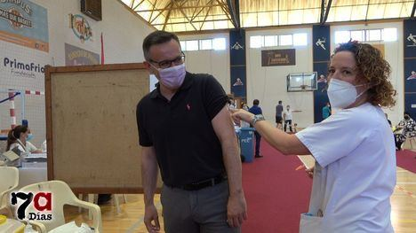 """VÍD. Conesa, tras vacunarse: """"La vacuna es salud y es empleo"""""""