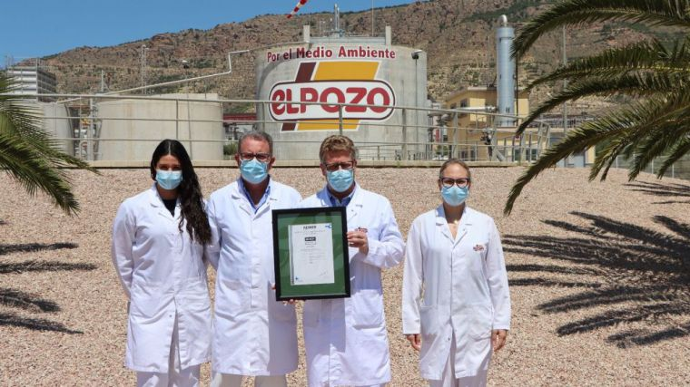Responsables del área de Medio Ambiente de El Pozo Alimentación, con la certificación obtenida 'Residuo Cero' de AENOR.