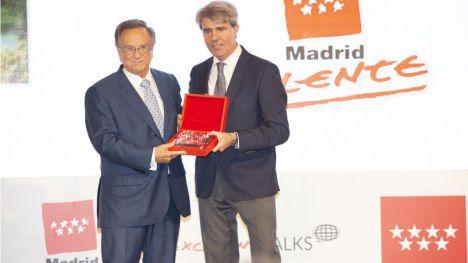 Tomás Fuertes recibe el premio a la Excelencia de la Persona