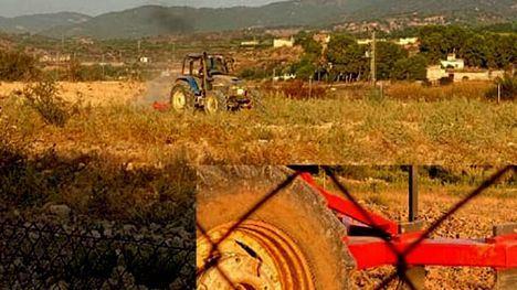 Un tractor ara en Librilla una zona de un yacimiento romano