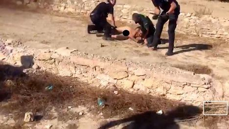 FOT. Detenido tras pasear desnudo, robar una moto y atropellar a una persona