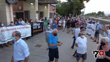 VÍD. Alhama acoge la protesta contra el cierre del Cercanías