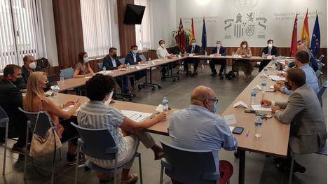 Reunión de los alcaldes de los municipios afectados con responsables de Adif y Renfe en la Delegación del Gobierno