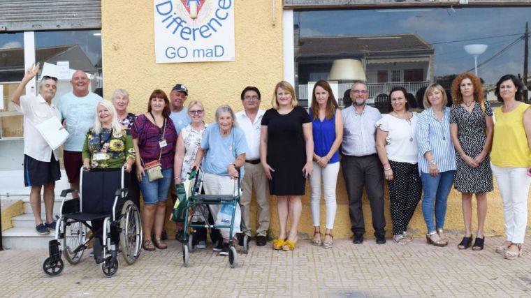 Una ONG dona cinco sillas de ruedas y tres andadores en Mazarrón