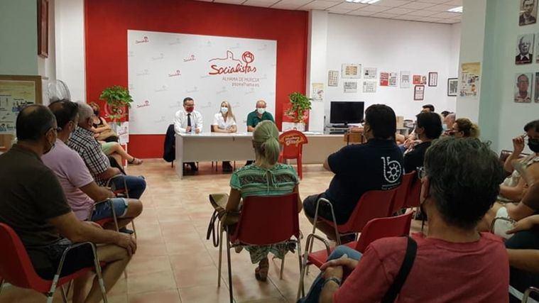 Conesa explica a los socialistas de Alhama su renuncia a la reelección