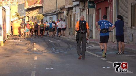 VÍDEO Un centenar de senderistas recorre La Muela
