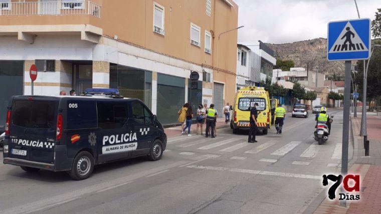 Sanitarios atienden a una mujer atropellada en la Rambla Don Diego