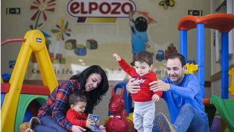 Empleados de El Pozo Alimentación, con sus hijos, en la guardería que la empresa de alimentación pone a disposición de la plantilla