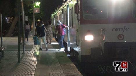 VÍD. Los últimos trenes y viajeros en la estación de Alhama