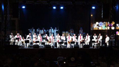 VÍD. El centro de Alhama vibra con Los Parrandboleros