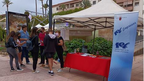 FOT. La Oficina de Empleo Joven de Alhama sale a la calle