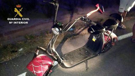 VÍDEO En patinete, de noche y sin luces, por la autovía de Totana