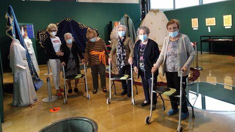 Los mayores visitan la exposición 'El Rosario de María. Gloria y Pasión'