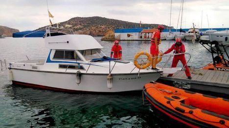 Rescatan a tripulantes de una embarcación incendiada en Mazarrón