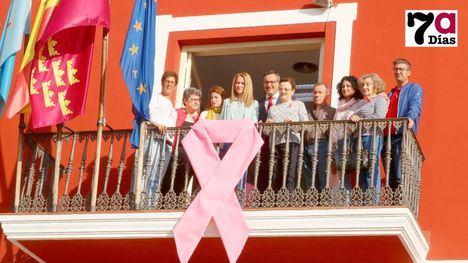 FOTOS El Ayuntamiento luce un lazo de rosa por el Cáncer de Mama