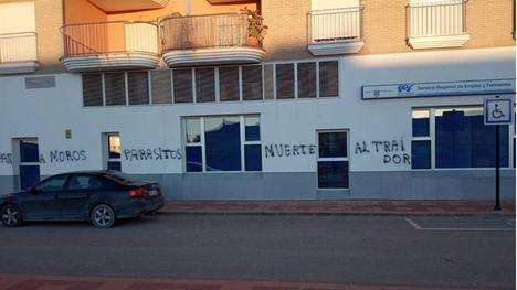 Pintadas racistas en la fachada del Servicio de Empleo y Formación
