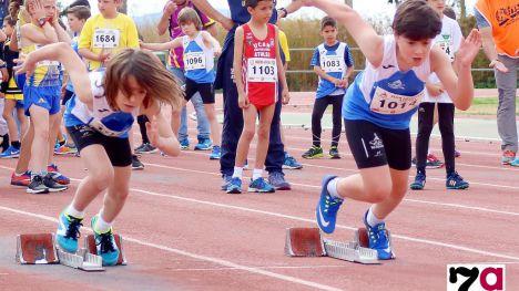 Deportistas del Club Atletismo Alhama, en una competición en el Complejo Deportivo Guadalentín (foto de Archivo)