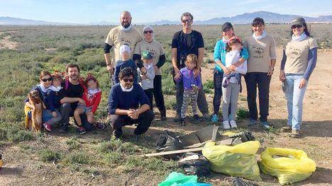 FOTOS Voluntarios de Meles retiran 60 kg. de basura de los Saladares
