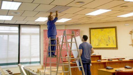 El Ayuntamiento cambia tubos fluorescentes por LED de bajo consumo