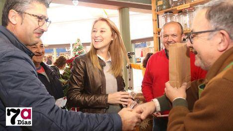 VÍDEO/FOTOS El PSOE felicita la Navidad con rosas en el Mercado