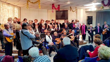 FOTO/VÍDEO Música de Navidad llena de alegría el Centro de Mayores