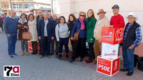 FOTOS El PSOE felicita el Año Nuevo regalando rosas en el Mercado