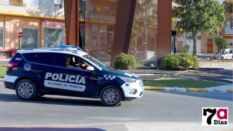Una parturienta pide ayuda a agentes de la Policía Local de Alhama