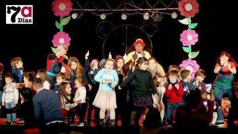 FOTOS El Cine Velasco se llena de niños con el musical 'Cantajuegos'