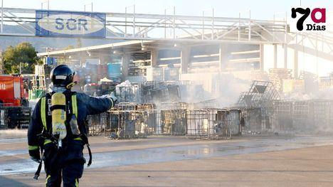 El fuego destruye en el Polígono contenedores destinados al reciclaje