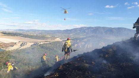 FOTOS Controlado un incendio forestal junto a la presa de Algeciras