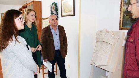 La familia Provencio Egea dona un escudo de Alhama en piedra