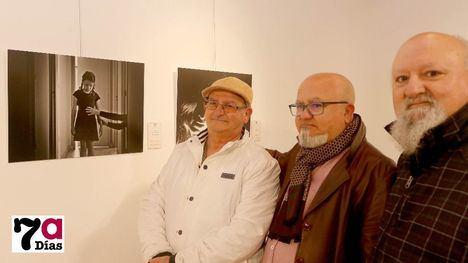 El autor de las fotografías, Pedro Pablo Díaz (c), junto a sus hermanos