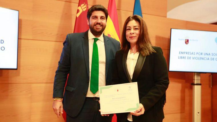 La Directora Corporativa de Recursos Humanos de Grupo Fuertes, María José Cánovas, recoge el distintivo de adhesión a la iniciativa 'Empresas por una sociedad libre de violencia de género'.