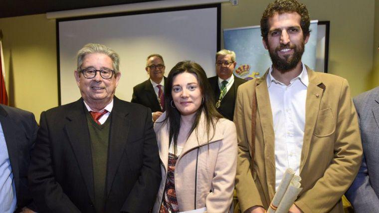 El consejero delegado de Grupo Fuertes, José Fuertes junto a los investigadores premiados, Irene Magdalena Rodríguez y Jaime Gómez