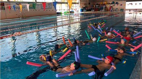 Unos 250 niños reciben clases gratuitas de natación desde octubre