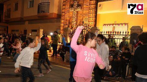 VÍD./FOT. Emocionante canto y baile a la Cruz de Mayo
